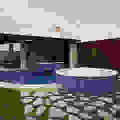 Modern Pool by Danielle Valente Arquitetura e Interiores Modern