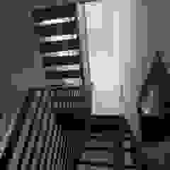 Kunst Architecture & Interiors Modern corridor, hallway & stairs Iron/Steel White