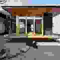 por TEKTON | テクトン建築設計事務所 Eclético Madeira Acabamento em madeira