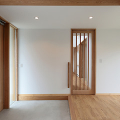 Eclectic style corridor, hallway & stairs by TEKTON   テクトン建築設計事務所 Eclectic Wood Wood effect