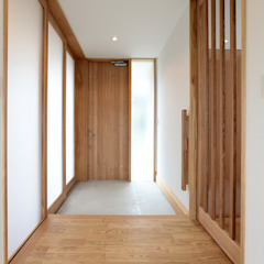 Eclectic style corridor, hallway & stairs by TEKTON   テクトン建築設計事務所 Eclectic