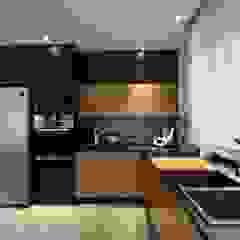 Dom Jednorodzinny Wisła - Realizacja Industrialna kuchnia od MARTA PAWLAK ARCHITEKTURA WNĘTRZ Industrialny