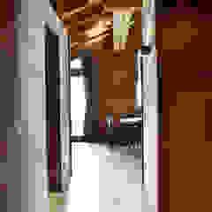 Pasillos, vestíbulos y escaleras de estilo escandinavo de Andrea Rossini Architetto Escandinavo