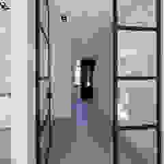 Pasillos, vestíbulos y escaleras modernos de By Lilian Moderno