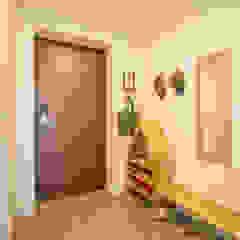Modern corridor, hallway & stairs by bomhousing Modern