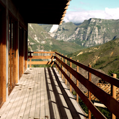 Balcones y terrazas rústicos de homify Rústico Madera Acabado en madera