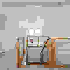 Erweitertes Familienglück von KitzlingerHaus GmbH & Co. KG Modern Holz Holznachbildung