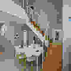 Moderner Flur, Diele & Treppenhaus von TODOT Modern