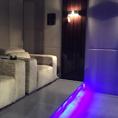 Sala de Cinema Apresentada na Decofair em Jeddha Arábia Saudita por HOME Technology Designers Moderno