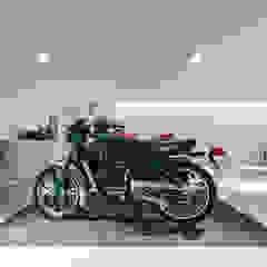 Garagem Privada Garagens e arrecadações minimalistas por PAULO MARTINS ARQ&DESIGN Minimalista