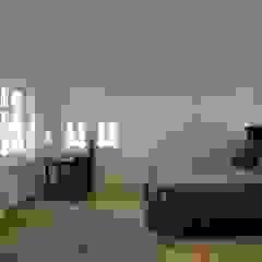 schüller.innenarchitektur Minimalist bedroom Wood White