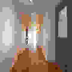주식회사 착한공간연구소 Scandinavian style corridor, hallway& stairs Wood Multicolored