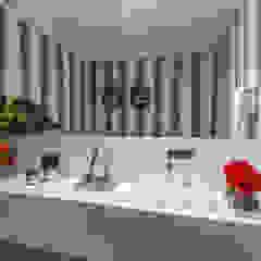 Apartamento Renaissence Banheiros minimalistas por DUE Projetos e Design Minimalista Granito