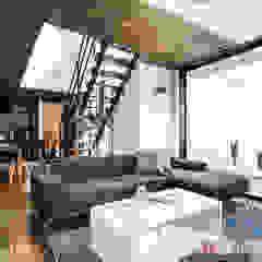 素材に住まう。色×形×素材を遊ぶ、おしゃれモダンな家。 和風デザインの リビング の 納得住宅工房株式会社 Nattoku Jutaku Kobo.,Co.Ltd. 和風