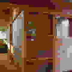 por 丸菱建築計画事務所 MALUBISHI ARCHITECTS Rústico Madeira Acabamento em madeira