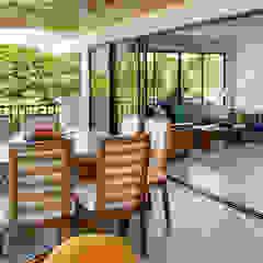 Remodelación de apartamento Balcones y terrazas de estilo tropical de Remodelar Proyectos Integrales Tropical Madera maciza Multicolor