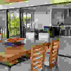 Remodelación de apartamento Balcones y terrazas de estilo tropical de Remodelar Proyectos Integrales Tropical Derivados de madera Transparente