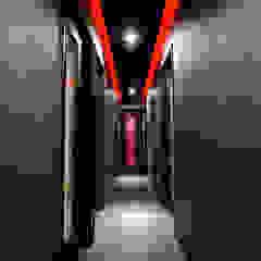 Pasillos, vestíbulos y escaleras de estilo moderno de Yunhee Choe Moderno Azulejos