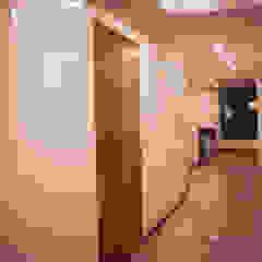 Moderne gangen, hallen & trappenhuizen van AMR estudio Modern