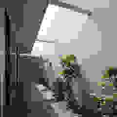 A型スリットからつづくコートハウス の 一級建築士事務所 株式会社KADeL モダン
