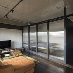 Kigaeru Flat by 山本嘉寛建築設計事務所 YYAA Minimalist Glass