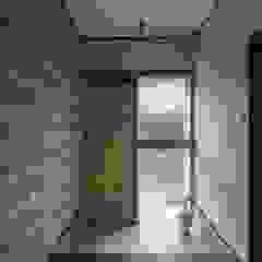 Shakuya House الآسيوي، الممر، رواق، &، درج من 山本嘉寛建築設計事務所 YYAA أسيوي أسمنت