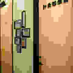 Paredes e pisos modernos por 沐築空間設計 Moderno