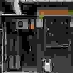 Rowhouse on Showa-koji St. por 山本嘉寛建築設計事務所 YYAA Asiático Madeira Acabamento em madeira