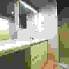 キッチン裏に隠れたパントリーがある家 北欧スタイルの お風呂・バスルーム の セイワビルマスター株式会社 北欧