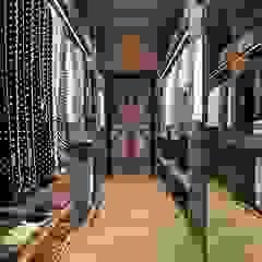 Country style dressing room by Компания архитекторов Латышевых 'Мечты сбываются' Country