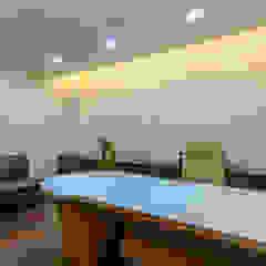 Espaces de bureaux modernes par SP INTERIORS Moderne