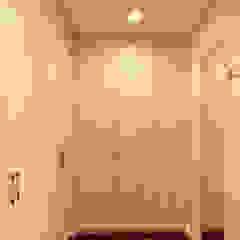 Closets por 松泰室內裝修設計工程有限公司 Campestre Madeira maciça Multi colorido