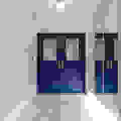 Pasillos, vestíbulos y escaleras modernos de 디자인스퀘어 Moderno