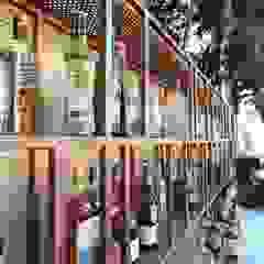 Open Air Bar Adegas tropicais por Orkun İndere Interiors Tropical