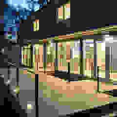 Balcones y terrazas modernos de KUBE Architecture Moderno
