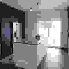 (Not Red) White and Blue por Moderestilo - Cozinhas e equipamentos Lda Campestre