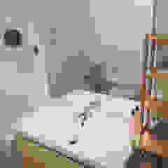 Remodelação casa de banho - Depois Banheiros modernos por Maria Eduarda Reis Interiores Moderno Cerâmica