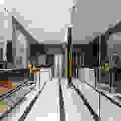 Design & Build: Landed House at Dunsfold Drive Modern bathroom by erstudio Pte Ltd Modern