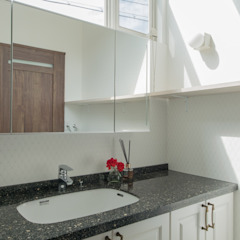 coil松村一輝建設計事務所 Scandinavian style bathrooms White