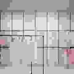 Aranżacja wnętrz sklepu z odzieżą damską w niemieckim mieście Langenfeld od Archi group Adam Kuropatwa Minimalistyczny