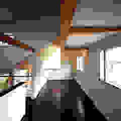por 西島正樹/プライム一級建築士事務所 Asiático Madeira Acabamento em madeira