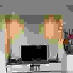 TV hoek: modern  door Kroneman Interieurs, Modern Hout Hout