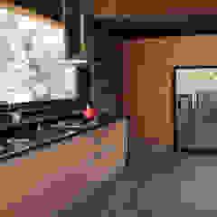 من Crescente Böhme Arquitectos ريفي خشب Wood effect