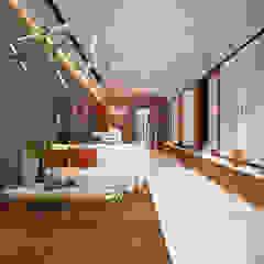 现代客厅設計點子、靈感 & 圖片 根據 AVA Architecture 現代風