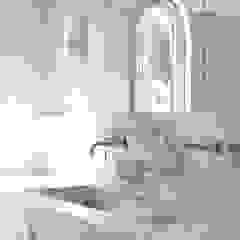 Vila Redonda Casas de banho minimalistas por Justina Klybaite Studio Minimalista Mármore