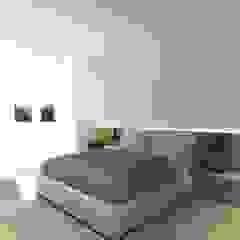 Una villa minimal ed elegante a Udine Camera da letto minimalista di interiorbe SRL Minimalista