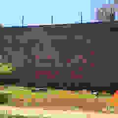 Muro de arrimo de pedra Paredes e pisos clássicos por Atrium Vale Pedras e Projetos Clássico Pedra