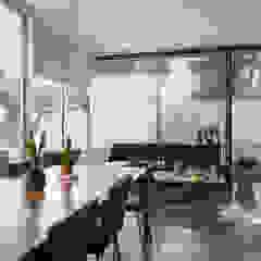 Minimalist dining room by TaAG Arquitectura Minimalist Glass