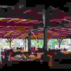 Cubierta en madera laminar curva Salones de eventos de estilo moderno de NavarrOlivier Moderno Madera Acabado en madera