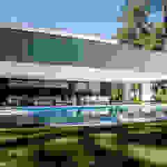 Habitação Aroeira por AES - Arquitectura Engenharia e Serviços Moderno Prata/Ouro